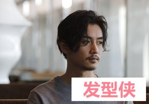 脸型太窄太瘦没有男人味儿? 瘦脸男生梳中长刘海发型改变脸型做潮男