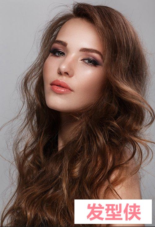 额窄女生留长发怎样打理好看 为你量身定制的女生长卷发发型