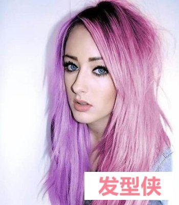 中直发紫色内扣发型 阳光下的黑紫色头发