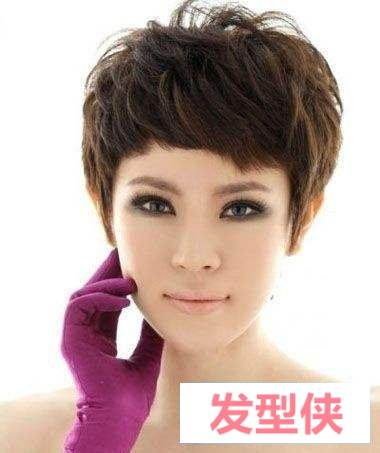 中老年蘑菇头发型图片总是会有所不同 蘑菇头露耳朵短发发型气质也变得时尚